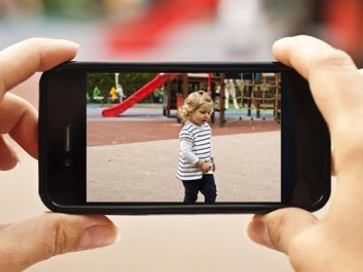 Foto sui social dei figli minorenni, genitori rischiano multa fino a 10mila euro